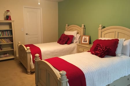 Clean, Spacious, Quiet Hansen Bed and Breakfast 1 - South Jordan - Bed & Breakfast