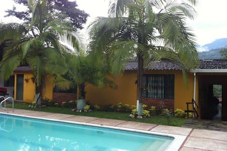 Pool & Fresh Air, 1 hr from Bogota - Szoba reggelivel