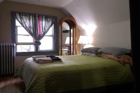 Cozy Attic Suite in Art Center Home