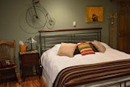 Rooster Retreat Bed and Breakfast - Bed & Breakfast