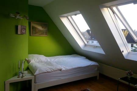 Schönes Zimmer mit Komfort - Esslingen - Huis