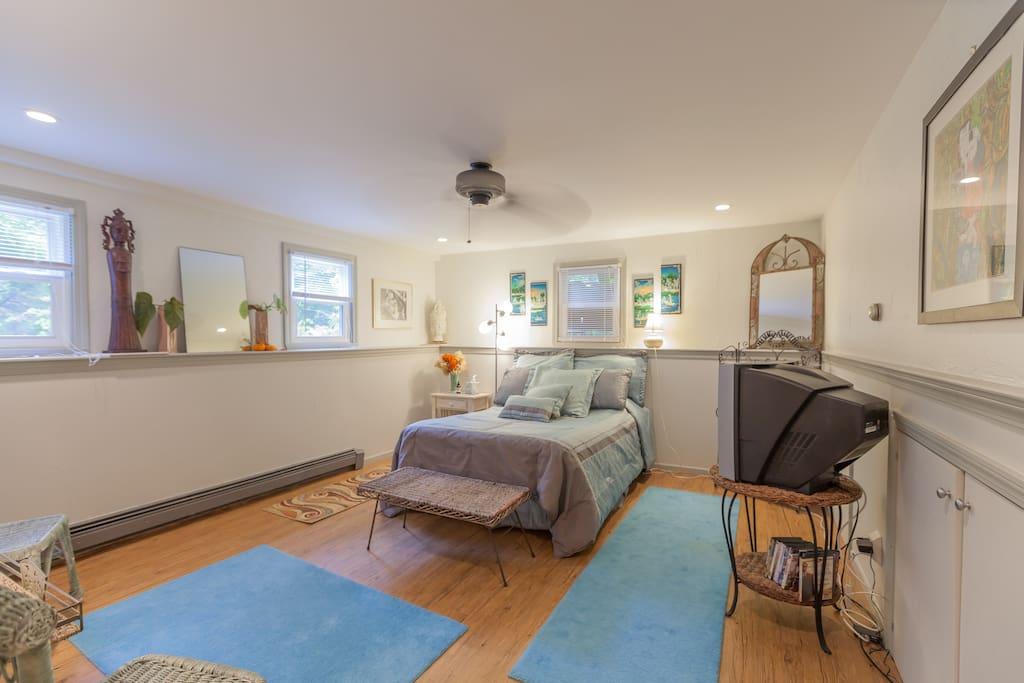 bedroom/living area w/sep. entrance