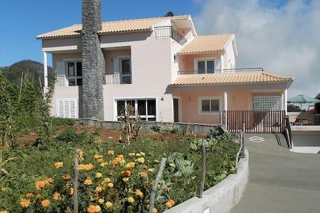 Casa com boa localização na Madeira - Casa
