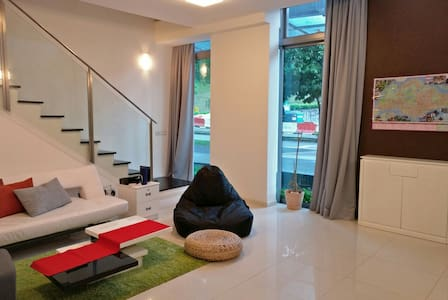 Affordable couch in a modern loft with pool & gym! - Singapour - Loft