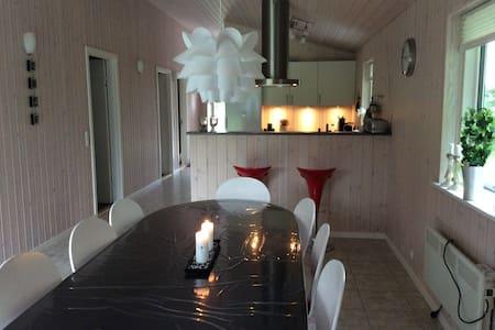 Sommerhus i naturområde ved fjord - Gedsted