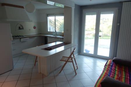 T3 indépendant cuisine salon chambres salle bain - Buros - House