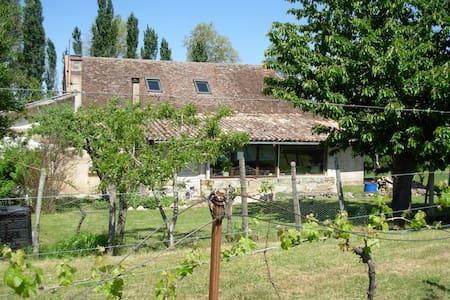 Chambre et jardin à la campagne - Peyrière - House