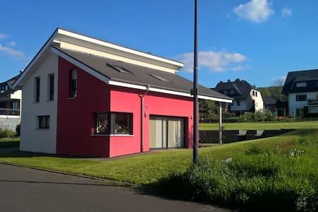 Pünderich / Hahn: Modernes Privatzimmer + eig. Bad - Pünderich - Haus