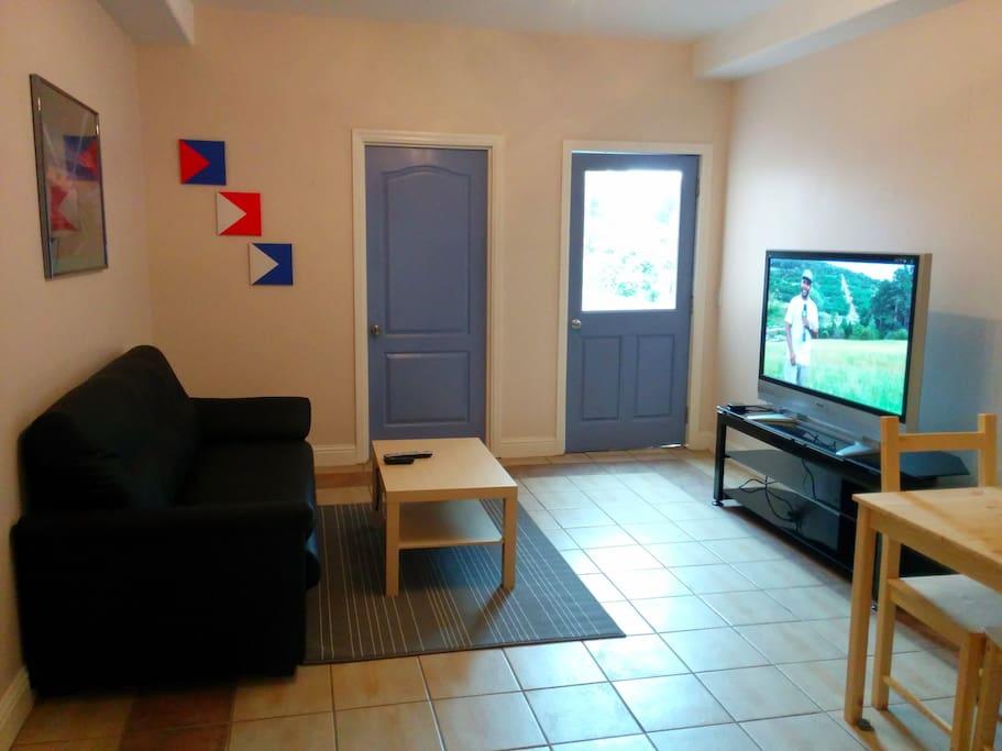Living room with TV/roku/Netflix