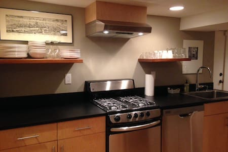 Chic In City  Basement Apartment - Seattle - Apartment