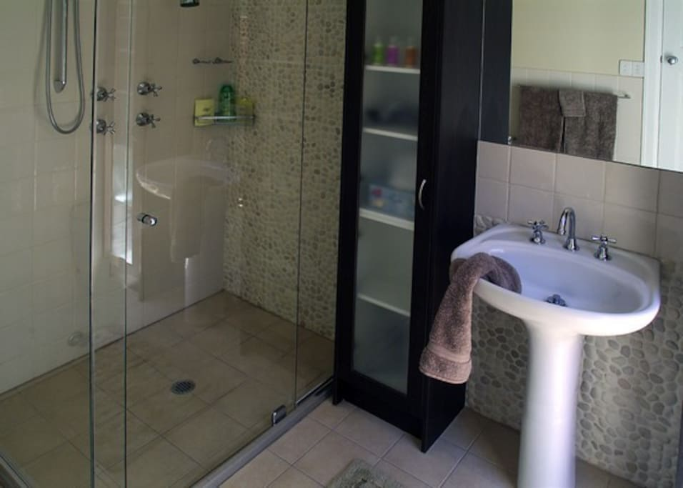 Feature bathroom with pebble detail