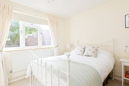 Bright cosy flat in lovely Chiswick