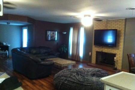 Quiet old neighborhood with pool! - Fairview Heights - Huis