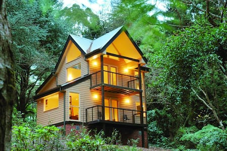 TREETOPS TRI-LEVEL COTTAGE 2