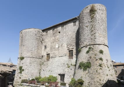 The Castle of Ronciglione has lived through five centuries of history. Today, splendor intact, it offers the possibility of a glimpse of the past in an elegant and relaxed atmosphere.