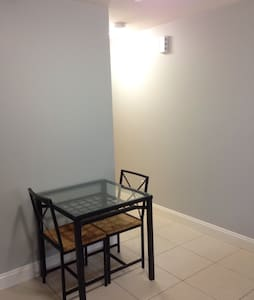 Cozy 1 BDRM apt in central location - Vancouver - House