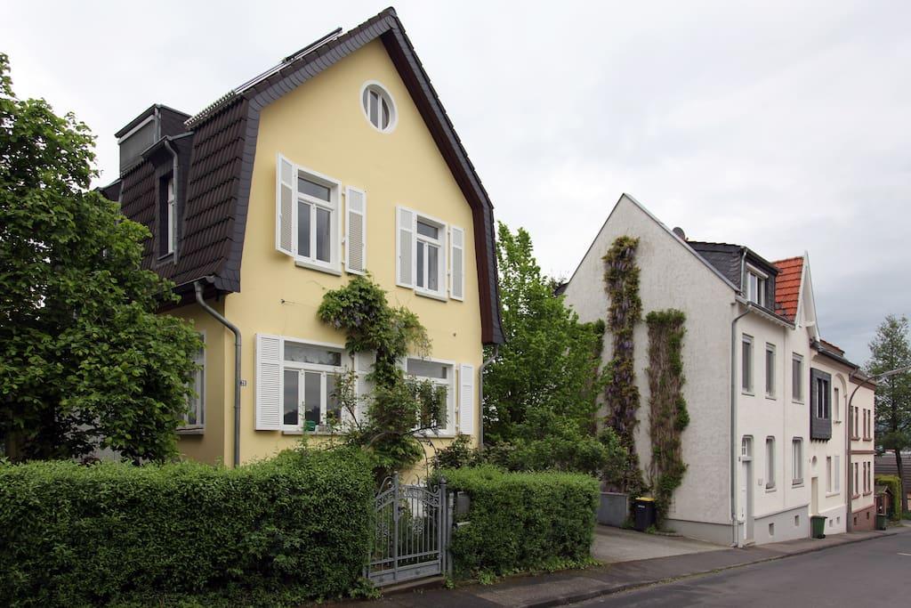 Your appartment is in on the 1st floor. Ihr Wohnung ist in der ersten Etage.