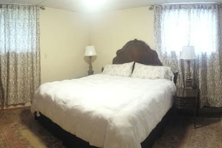 Beautiful, Spacious, King Suite - Freeville
