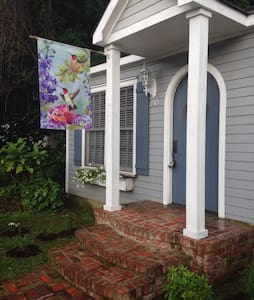 The Hummingbird Cottage - Holly Springs - Bed & Breakfast