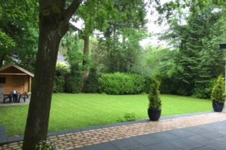 Prachtige ruime villa in bosrijke omgeving - Apeldoorn - Villa
