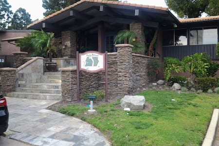 COZY, CUTE, CLEAN AND SECURE CONDO IN TORRANCE - Torrance - Lejlighedskompleks