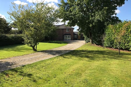 Family Home in the country with a large garden - Stretton - Casa