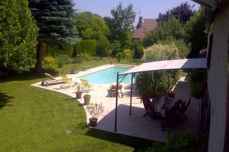 La Bourgogne dans un écrin azur - House