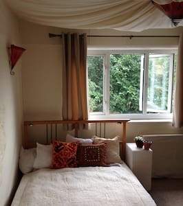 Cosy dbl bed oasis, 4min from tube - W3 Chiswick, London - Bed & Breakfast