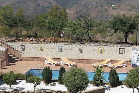 Urlaub geniessen in den Bergen über Malaga - Huoneisto
