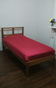 Full room 1 single bed + 1 single air mattress - Hus