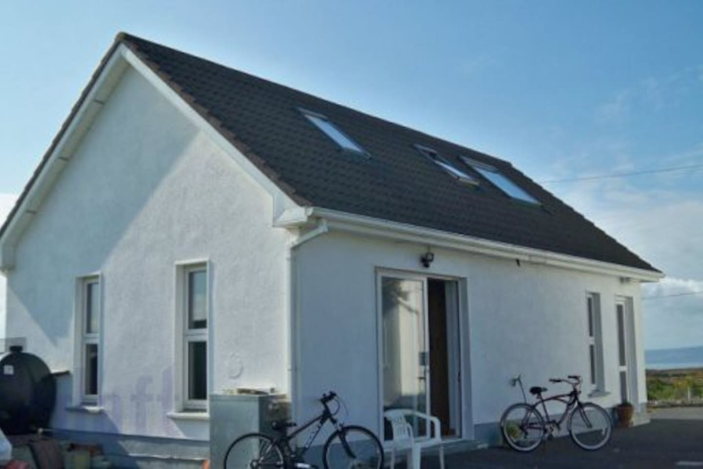 Free-standing 2-bedroom cottage, lots of light and space. Bicycles available for local tours, stunning views.