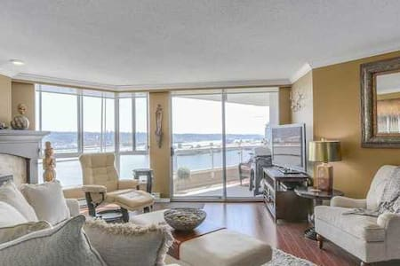 Stunning Exec Waterfront Penthouse w/Pool, Fitness - New Westminster - Condominium