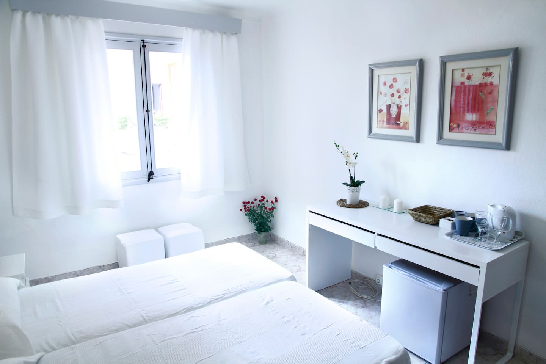 Room with bathroom en suite, fridge, electric jug