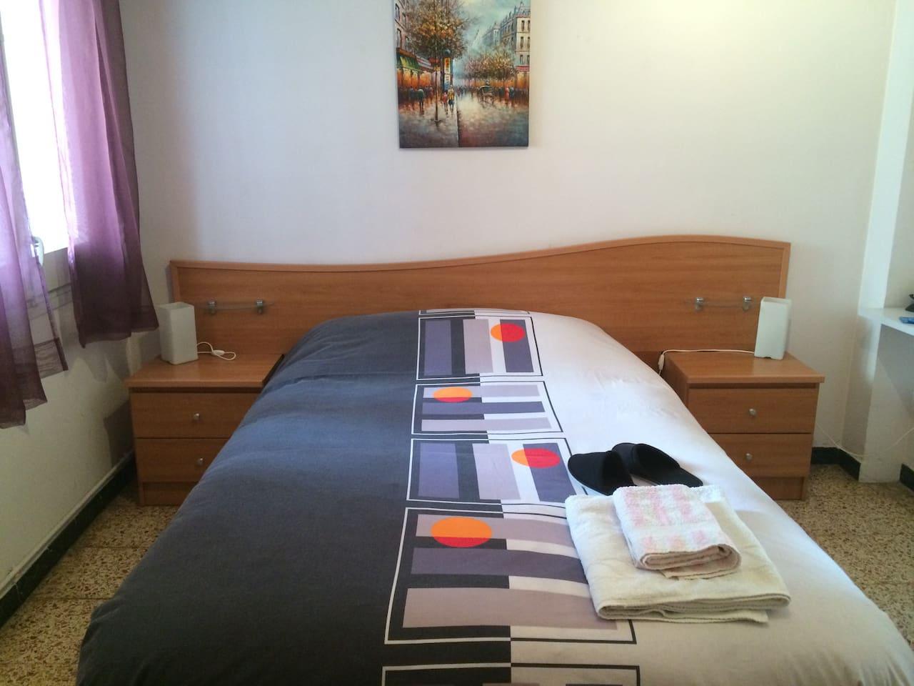 Habitación Doble con luz natural. /Double room with natural light.