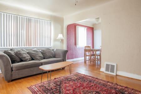 Charming Englewood Home - Hus