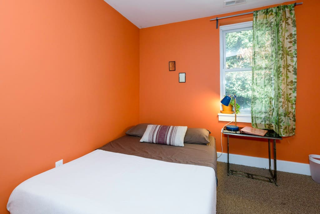 Little Orange Room in Cozy RowHome