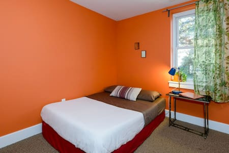 Little Orange Room in Cozy RowHome - House