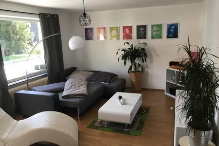 Ruhiges Zimmer im Norden Münchens mit Südbalkon - Wohnung