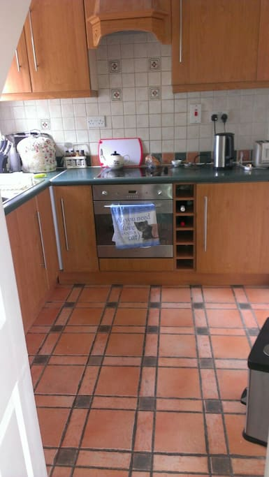 small kitchen / electric oven / microwave