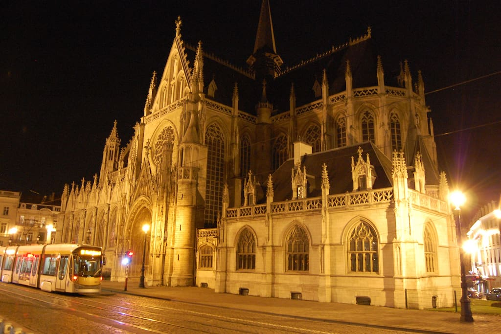 The Sablon Cathedral and the bus and tram stop are only 100 meters from the apartment