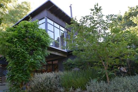 Luxury Leafy Home. 10k from Melb. - Eaglemont