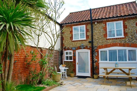 Romantic Flint Cottage on the Suffolk Coast - Saxmundham - House