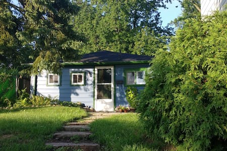 Charming Garden Cottage in town - Guelph