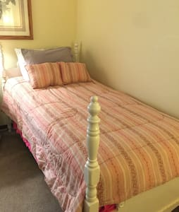Comfortable Private Guest Room near EVERYTHING - Columbus - Sorház