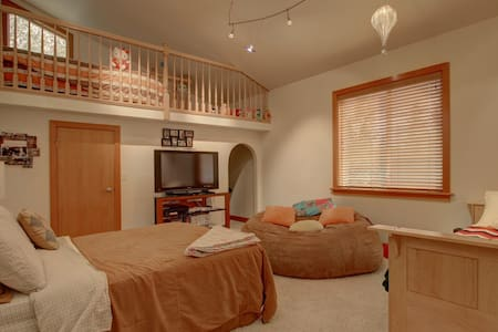 "Lake Front Luxury- ""Holly's Room"" - Big Lake"