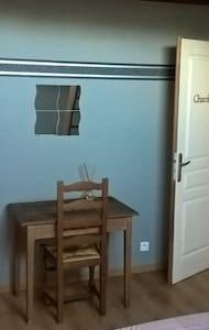 chambre privée avec mezzanine dans village calme - House