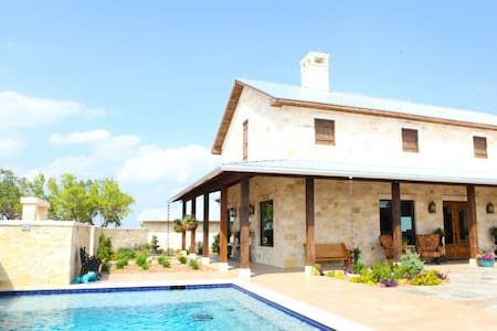 Quiet Hill Country Lodge - Bed & Breakfast