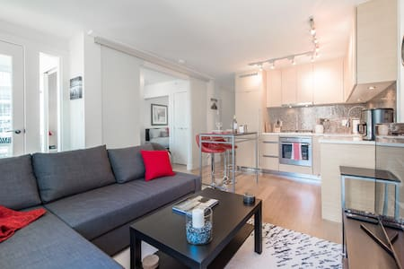 Unbeatable Location!, Modern 1bd&den - Vancouver - Condominium