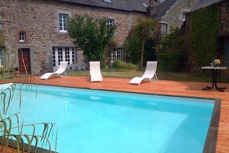 Grande maison, jardin, piscine - House