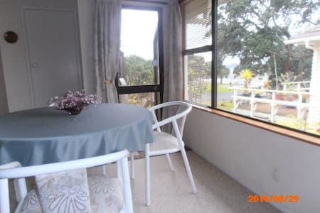Puhinui Holiday Flat by the sea. - Apartment